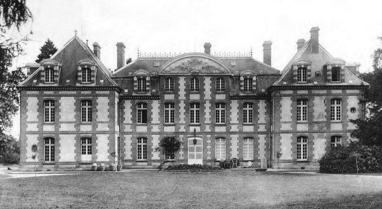 Façade principale du château du Manais