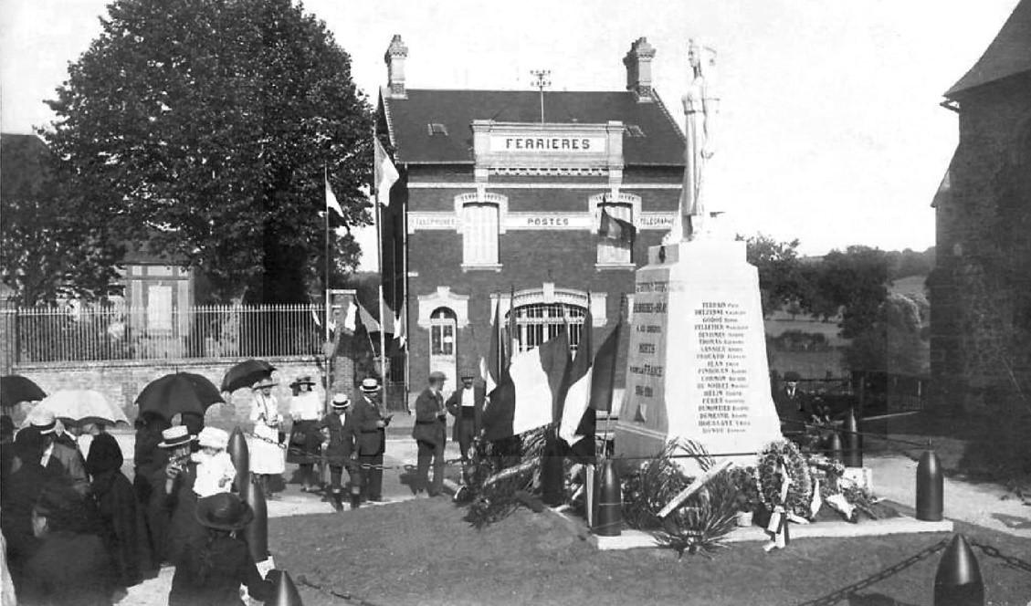 Photographie ancienne du monument aux morts de la ville de Ferrières